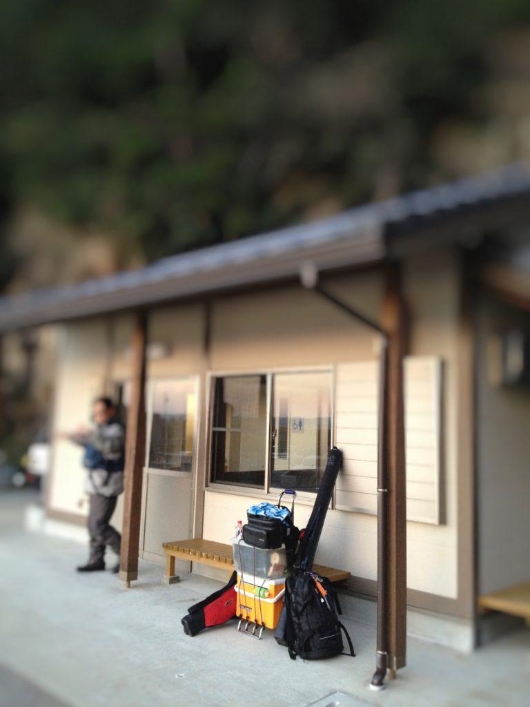 渡船待合所とキャリーカート