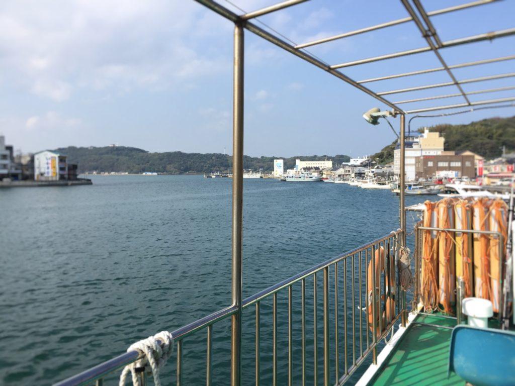 離島出航前の渡船