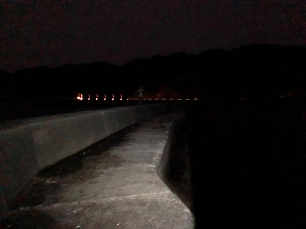 防波堤は真っ暗